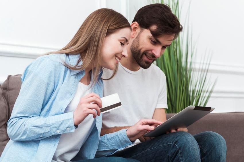 Pareja pagando en internet